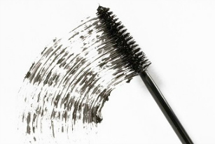 How To Easily De-clump Mascara